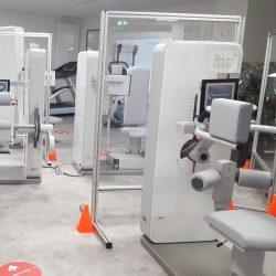 Besondere Sicherheit Auf Der Trainingsfläche Durch Zusätzliche Glaswände Zwischen Den Trainingsgeräten